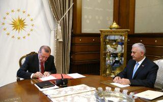 Παρουσία του πρωθυπουργού Μπιναλί Γιλντιρίμ, ο Τούρκος πρόεδρος Ταγίπ Ερντογάν υπογράφει το διάταγμα για τον κυβερνητικό ανασχηματισμό.
