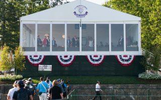 Στιγμές χαλάρωσης για τον Ντόναλντ Τραμπ στις εγκαταστάσεις γκολφ του ομίλου του, στο Νιου Τζέρσεϊ, όπου φιλοξενήθηκε τουρνουά γυναικών.