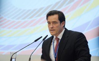 Το «μαλακό» για τα μέτρα μας ευρώ συνέβαλε σε ένα πολύ μεγαλύτερο πλεόνασμα από ό,τι θα είχαμε με δικό μας εθνικό νόμισμα. Η δε πολιτική της ΕΚΤ, των χαμηλών επιτοκίων, κάνει ό,τι μπορεί για να μείνει «μαλακό» το ευρώ, εξηγεί ο αναπληρωτής γενικός διευθυντής των γερμανικών επιμελητηρίων και επικεφαλής οικονομολόγος τους Φόλκερ Τράιερ.