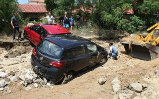 Αυτοκίνητα κολλημένα στη λάσπη στην Τορώνη Χαλκιδικής.