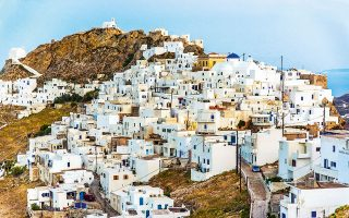 Τα ολόλευκα σπαρμένα σπίτια της Χώρας μοιάζουν να κατρακυλούν στην πλαγιά του λόφου. (Φωτογραφία: © ΕΒΕΛΥΝ ΦΩΣΚΟΛΟΥ)