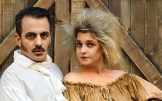 Οι πρωταγωνιστές Χάρης Ανδριανός και Νάντια Κοντογεώργη στην ελληνική εκδοχή του διάσημου μιούζικαλ «Sweeney Todd», με τις πολλές συμφωνικές και οπερατικές αξιώσεις.