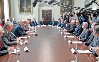 O Ντόναλντ Τραμπ μιλάει στο υπουργικό συμβούλιο, στη σκιά της κρίσης με τη Ρωσία, αλλά και της χαοτικής κατάστασης στον Λευκό Οίκο.