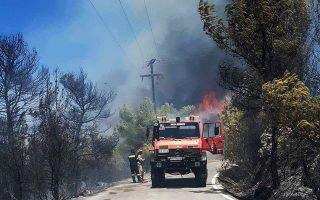 Οι ισχυροί άνεμοι που έπνεαν στην περιοχή των Αγίων Αναργύρων Σπετσών είχαν συνέπεια τη γρήγορη εξάπλωση της φωτιάς.