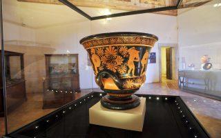 Ο κρατήρας του Ευφρονίου  (στη φωτογραφία) επιστράφηκε από το Μητροπολιτικό Μουσείο της Νέας Υόρκης στην Ιταλία όταν αποκαλύφθηκε ότι ήταν προϊόν παράνομης ανασκαφής στη Βίλα Τζιούλια της Ρώμης, το 2008. Σήμερα, ένα ακόμη αγγείο που θεωρείται ότι έχει λαφυραγωγηθεί από αρχαιοκαπήλους από τη Νότια Ιταλία βρίσκεται στα χέρια της Εισαγγελίας του Μανχάταν, αφού αφαιρέθηκε από τις προθήκες του Μητροπολιτικού Μουσείου της Νέας Υόρκης και πρόκειται να επιστραφεί στους νόμιμους ιδιοκτήτες του.