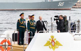 Ο πρόεδρος Πούτιν και ο υπουργός Αμυνας Σεργκέι Σοϊγκού, την Κυριακή, στην Ημέρα του Στόλου στην Αγία Πετρούπολη.