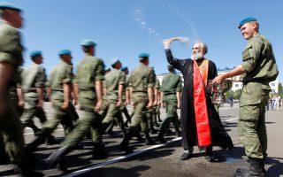 Ορθόδοξος ιερέας ευλογεί Ρώσους αλεξιπτωτιστές, που παρελαύνουν στη Σταυρούπολη.