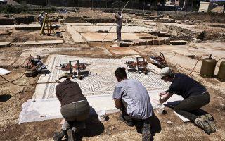 Αρχαιολόγοι κατά τη διάρκεια των ανασκαφών στην τοποθεσία Σεν Κολόμπ, κοντά στη Βιεν της ανατολικής Γαλλίας.