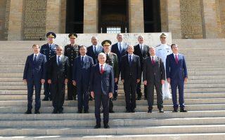Ο πρωθυπουργός Γιλντιρίμ και μέλη του Ανώτατου Στρατιωτικού Συμβουλίου, χθες, μπροστά στο μαυσωλείο του Ατατούρκ στην Αγκυρα.