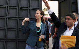 Η βουλευτής της αντιπολίτευσης Μ. Μπολιβάρ μπαίνει στο γραφείο της γενικής εισαγγελέως για να ζητήσει έρευνα για τη συμμετοχή στο δημοψήφισμα.