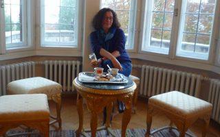 Η μητέρα μου με τις φίλες της, στη Θεσσαλονίκη των παιδικών μου χρόνων, θεωρούσαν τον συγκεκριμένο, γευστικό συνδυασμό, ελληνικός, κουλούρι, φέτα, ως τη μόνη «ευτυχία» που κόβεται, επιτυχώς, στα τρία.