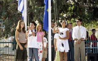 Στο Προεδρικό Διάταγμα Γαβρόγλου, στο άρθρο 3 παράγραφος 7, ορίζεται μόνο ότι «η σημαία παραμένει ανηρτημένη στον ιστό του σχολείου, όπως προβλέπεται σε όλες τις δημόσιες υπηρεσίες».