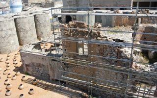 Κλειστό παραμένει εδώ και ένα μήνα το Παλαιό Ελαιουργείο Ελευσίνας έπειτα από έλεγχο της Πολεοδομίας, η οποία διαπίστωσε ελλείψεις στη στατικότητα κτιρίων και απαγόρευσε την πρόσβαση στα εγκαταλελειμμένα βιομηχανικά κτίρια που έχουν χαρακτηριστεί κατεδαφιστέα. Το ακίνητο ανήκει στην Εθνική Τράπεζα και συγκεκριμένο τμήμα του παραχωρείται κάθε χρόνο στον Δήμο Ελευσίνας για το φεστιβάλ των «Αισχυλείων», αλλά όπως προκύπτει οι διοργανωτές «επεκτείνονταν» στα παλιά βιομηχανικά κτίρια, που ήταν εκτός του ιδιωτικού συμφωνητικού.