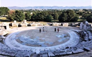 Το αρχαίο θέατρο και στο φόντο το Παγγαίο.