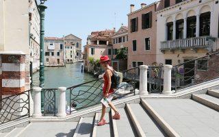 Αφόρητη καταντά η ζωή για τους μόνιμους κατοίκους των πολύ δημοφιλών προορισμών, όπως είναι η Βενετία.