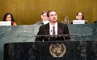 Ο Πάρης Βεργίνης στο βήμα του ΟΗΕ, κατά τη διάρκεια της ομιλίας του, στις 21 Ιουλίου.