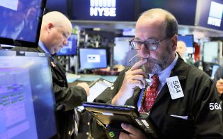 Στη Wall Street, ο δείκτης Dow Jones, λίγο πριν από το κλείσιμο της συνεδρίασης, κατέγραφε νέο ρεκόρ στις 22.121 μονάδες.