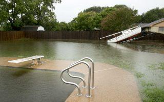 Υπερβολή. Λάτρης του υγρού στοιχείου είναι ο David Spencer, ιδιοκτήτης του πολυτελούς σπιτιού της φωτογραφίας στο Smithville του Texas. Και πισίνα έφτιαξε και σκάφος είχε. Και ήρθε ο τυφώνας Harvey και έκανε όλο το σπίτι πλωτό. Jay Janner/Austin American-Statesman via AP)