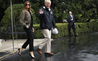 Top gun. Πάντα κομψή και καλοντυμένη η πρώτη κυρία των ΗΠΑ με την κατάλληλη (για εκείνη) περιβολή συνοδεύει τον σύζυγό της στο Τέξας. Το προεδρικό ζεύγος επισκέπτεται τις πληγείσες από τον τυφώνα Χάρβεϊ περιοχές. (AP Photo/Jacquelyn Martin)