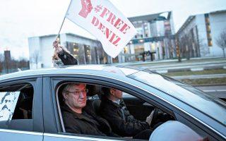 Ο βουλευτής του Die Linke, Μπερντ Ρίζινγκερ, κατά τη διάρκεια αυτοκινητοπορείας υπέρ της αποφυλάκισης Τούρκου δημοσιογράφου.