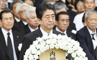 Στεφάνι με άνθη για τα θύματα των πυρηνικών βομβαρδισμών από τον Ιάπωνα πρωθυπουργό Σίνζο Αμπε.