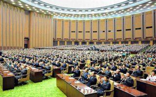 H αίθουσα του Κοινοβουλίου της Βόρειας Κορέας θυμίζει σχολική τάξη.