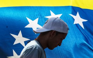 Μέλη της αντιπολίτευσης κλείνουν δρόμους στο Καράκας.