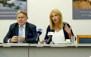 Ο αναπλ. υπουργός Εξωτερικών Γ. Κατρούγκαλος και η περιφερειάρχης Αττικής Ρένα Δούρου, κατά την παρουσίαση της ελληνικής υποψηφιότητας.