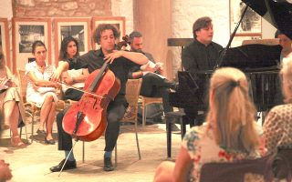 Συνεπές στο ραντεβού του με το κοινό της κλασικής μουσικής, το Φεστιβάλ Μουσικής Δωματίου Σαρωνικού ολοκληρώθηκε χθες με συναυλία στο πυρόπληκτο νησί των Κυθήρων. Το φεστιβάλ διοργανώνεται από το 2011 και προσκαλεί κάθε χρόνο διακεκριμένους μουσικούς που περιοδεύουν στα νησιά του Σαρωνικού, ενώ έλκει τις ρίζες του σε μια ιστορία αγάπης ανάμεσα σε μια δυναμική Αυστραλή και έναν Αθηναίο αρχιτέκτονα, που ξεκίνησε μετά το τέλος του Β΄ Παγκοσμίου Πολέμου.