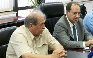 Ο νέος πρόεδρος του ΟΑΣΘ Στ. Παππάς με τον υπουργό Υποδομών Χρ. Σπίρτζη κατά τη διάρκεια της τελετής παράδοσης - παραλαβής.