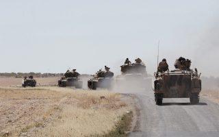 Τουρκικά τανκς κατευθύνονται προς τα σύνορα με τη Συρία. Η Αγκυρα ανακοίνωσε χθες ότι περιορίζει τη διακίνηση αγαθών από το πέρασμα Μπαμπ αλ Χάουα, στη μεθόριο.