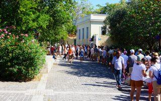 Ουρές σχηματίζονται καθημερινά στα εκδοτήρια εισιτηρίων στους αρχαιολογικούς χώρους της Αθήνας. Στη φωτογραφία, ουρά τουριστών για είσοδο στο Θέατρο του Διονύσου στη Διονυσίου Αρεοπαγίτου.