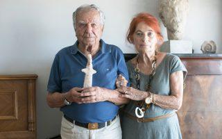 Ο Επαμεινώνδας Φίλης με τη σύζυγό του Ιωάννα και το ειδώλιο.