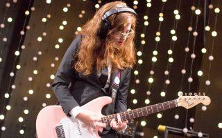 Η μουσικός των Waxahatchee στο live room του ΚΕΧΡ.