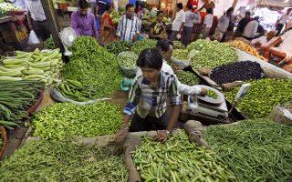 Οι αρνητικοί παράγοντες που επηρεάζουν την ινδική οικονομία είναι η ενίσχυση της ινδικής ρουπίας, οι δυσκολίες που αντιμετωπίζει ο αγροτικός τομέας και η μείωση της οικονομικής δραστηριότητας μετά την επιβολή του νέου φόρου κατανάλωσης.