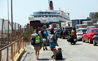 Ενισχυμένη κατά 15% είναι η κίνηση στον Πειραιά. Την πρόσβαση στο λιμάνι δυσχεραίνουν τα έργα κατασκευής του τραμ, που προκαλούν σημαντικές καθυστερήσεις στους οδηγούς.