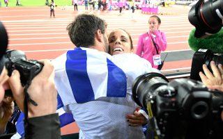 Μια αγκαλιά κι ένα φιλί μετά την κατάκτηση του χρυσού από τον άνθρωπό της, τον Μ. Κρίερ. Ακόμη ένα μετάλλιο.