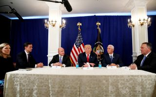 Ο πρόεδρος Τραμπ σε σύσκεψη, στην έπαυλή του στο Νιου Τζέρσεϊ, με τον αντιπρόεδρο Πενς και στελέχη του Λευκού Οίκου.