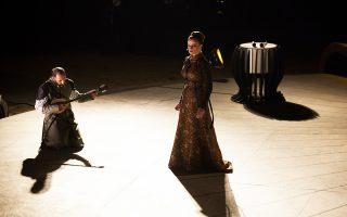 Το παρατεταμένο χειροκρότημα του κοινού κατά τη διάρκεια και στο τέλος εισέπραξαν οι «Πέρσες» με την Κ. Καραμπέτη (επάνω) στον ρόλο της Ατοσσας και τον σκηνοθέτη Αρη Μπινιάρη ως κορυφαίο του Χορού.
