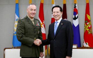Ο αρχηγός του γενικού επιτελείου των ΗΠΑ στρατηγός Ντάνφορντ κατά τη διάρκεια της συνάντησής του με τον υπουργό Αμυνας της Ν. Κορέας, Σονγκ Γιουνγκ Μου.