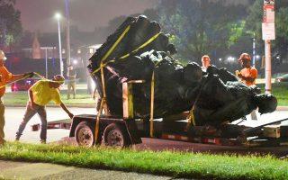 Απομάκρυνση αγάλματος εις μνήμην των Νοτίων του αμερικανικού εμφυλίου χθες στη Βαλτιμόρη, με απόφαση του δημοτικού συμβουλίου. Οι δουλοκτήτες Νότιοι αποτελούν ινδάλματα των νεοναζί.