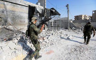 Στρατιώτης του συριακού στρατού στη Ράκα. Ο Τσαβούσογλου δήλωσε ότι η Ρωσία «κατανοεί καλύτερα τη στάση της Τουρκίας απέναντι στην κουρδική πολιτοφυλακή YPG απ' ό,τι οι ΗΠΑ».