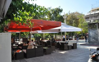 Σε πλήρη εξέλιξη βρίσκεται η επιχείρηση του Δήμου Αθηναίων για «εκκαθάριση» των δημόσιων χώρων από τα παράνομα τραπεζοκαθίσματα.