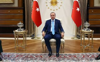 Ο Τούρκος πρόεδρος Ρετζέπ Ταγίπ Ερντογάν υποδέχεται Ιρανούς αξιωματούχους στο προεδρικό μέγαρο, στην Αγκυρα.