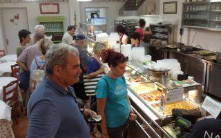 Φτιάχνουν 14 διαφορετικά φαγητά ημερησίως. Παράγουν γύρω στις 200 μερίδες την ημέρα. Ξεκινούν στις 6 το πρωί, στις 11 τα ταψιά βρίσκονται στο εστιατόριο, στη 1 το μεσημέρι δεν υπάρχει πλέον άλλο φαγητό...