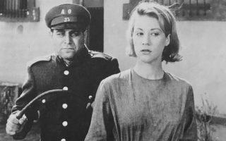 Η Ζωή Λάσκαρη, σύμβολο της γυναικείας ομορφιάς στη χρυσή εποχή του ελληνικού κινηματογράφου, πέθανε χθες από ανακοπή στο σπίτι της στο Πόρτο Ράφτη. Ηταν 73 χρόνων. Με την πρώτη της, κιόλας, ταινία «Κατήφορος» του Γιάννη Δαλιανίδη (1961), η Ζωή Λάσκαρη άλλαξε τα δεδομένα στο σινεμά και μεσουράνησε στη μεγάλη οθόνη σε όλη τη διάρκεια της δεκαετίας του 1960, προτού στραφεί οριστικά στο θέατρο.