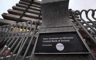 Η Κεντρική Τράπεζα της Ιρλανδίας δέχεται έντονη κριτική από τον πολιτικό και χρηματοοικονομικό κόσμο της χώρας, διότι δεν καταβάλλει αρκετές προσπάθειες για να προσελκύσει τράπεζες και εταιρείες από το Σίτι του Λονδίνου.