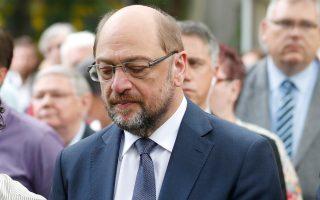 Ο ηγέτης των Σοσιαλδημοκρατών, Μάρτιν Σουλτς, τηρεί ενός λεπτού σιγή στη μνήμη των θυμάτων της Βαρκελώνης.