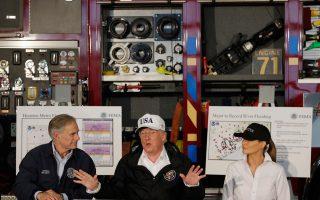 Στον πυροσβεστικό σταθμό του Κόρπους Κρίστι, ο Αμερικανός πρόεδρος Τραμπ μελετά τους χάρτες των περιοχών που πλήττονται από την τροπική καταιγίδα «Χάρβεϊ».