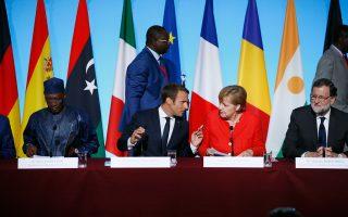 Στη φωτογραφία, ο Γάλλος πρόεδρος με τη Γερμανίδα καγκελάριο Αγκελα Μέρκελ, τον Ισπανό πρωθυπουργό Μαριάνο Ραχόι και τον πρόεδρο του Τσαντ, Ιντρίς Ντέμπι Ιτνο.